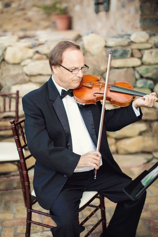 wedding-ceremony-string-quartet-male-violin-player-in-tuxedo-and-bow-tie-at-outdoor-wedding-venue