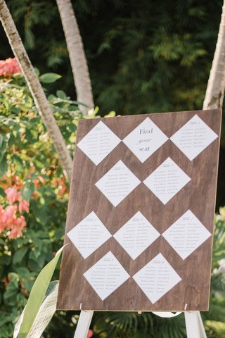 destination-wedding-seating-charg-white-diamonds-on-wood-sign-find-your-seat-table-separations