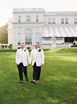 lgbtq-gay-same-sex-wedding-grooms-wearing-white-tuxedo-jackets-bow-ties-boutonniere-rosecliff