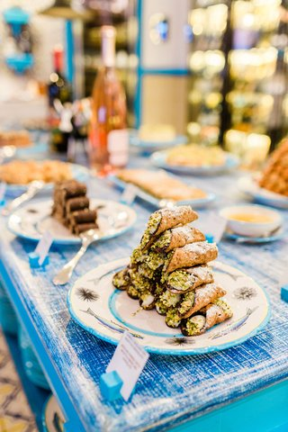 pyramid-of-cannoli-at-dessert-table-at-destination-wedding-in-capri