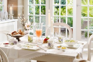 villeroy-boch-quinsai-garden-indoor-tablescape-with-white-china-and-floral-detailing-table-items