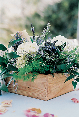 rustic-wedding-decorations-with-natural-flowers