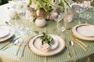 green-white-and-gold-rustic-tablescape-for-napa-woodlands-theme-blush-flowers-small-candles