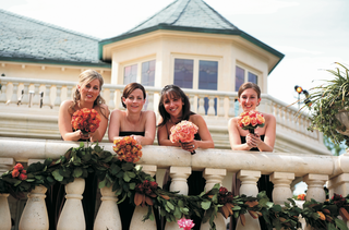 bridesmaids-carry-orange-and-pink-bouquets