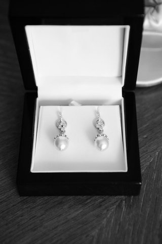 black-and-white-photo-of-diamond-pearl-earrings-in-jewelry-box