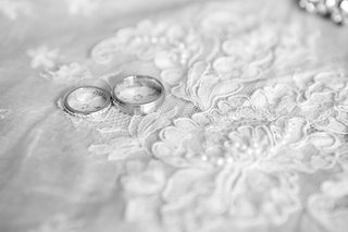 black-and-white-photo-of-tiffany-co-wedding-rings-on-lace