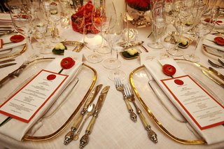 wedding-reception-gold-edge-charger-with-burnt-orange