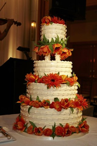 ivory-wedding-cake-with-fresh-tulip-and-ranunculus-flowers