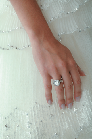 brides-hand-with-sparkling-halo-wedding-ring