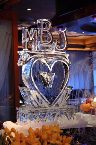 heart-shaped-ice-sculpture-with-couples-initials