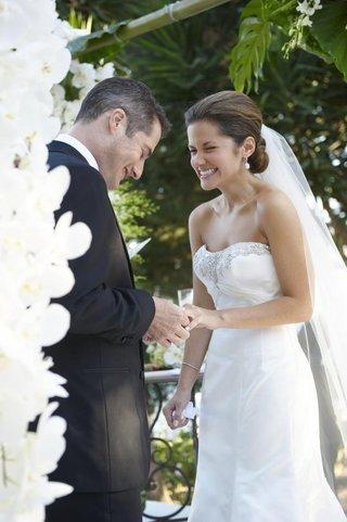 malibu-wedding-bride-and-groom-exchanging-wedding-rings