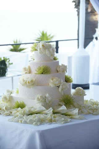 five-layer-white-basket-weave-cake-with-roses-and-green-protea