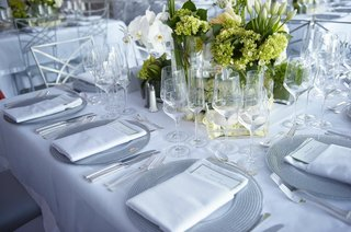silver-charger-plates-with-white-and-green-flower-centerpieces
