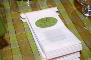 dessert-table-white-wedding-favor-bag-with-green-custom-label