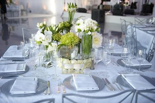 classic-wedding-centerpiece-with-different-flower-arrangements