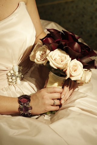 brides-bouquet-of-maroon-calla-lilies-and-pale-pink-roses