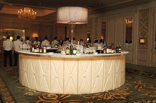 wedding-reception-in-a-ballroom-with-a-white-bar