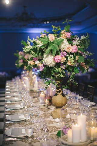 centerpieces-in-earthy-vases-with-greenery-and-pink-flowers-rose-hydrangea-peony-tulip