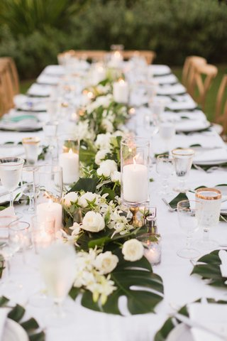 maui-destination-wedding-kings-table-split-leaves-and-roses-classic-and-tropical-decor