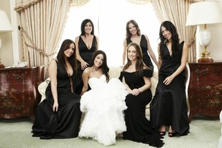 bride-with-bridesmaids-in-bridal-suite