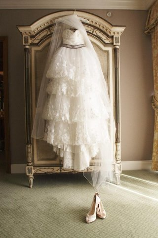 hanging-wedding-dress-in-bridal-suite