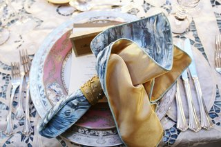 patterned-china-plates-with-blue-and-gole-napkin