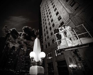 black-and-white-photo-of-couple-on-cherry-picker-in-city-of-chicago-in-an-embrace