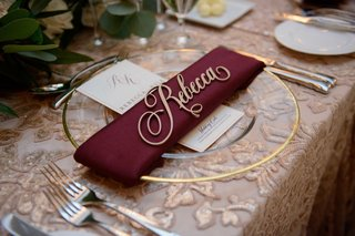 wedding-reception-pattern-texture-nuage-designs-linen-gold-charger-burgundy-napkin-gold-name-cutout