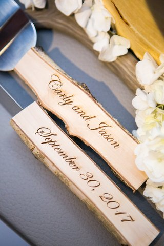 custom-wedding-cake-servers-with-aspen-handles-burned-with-couples-names-and-wedding-date