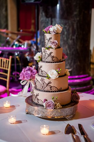 round-wedding-cake-with-fresh-roses-and-brown-piping