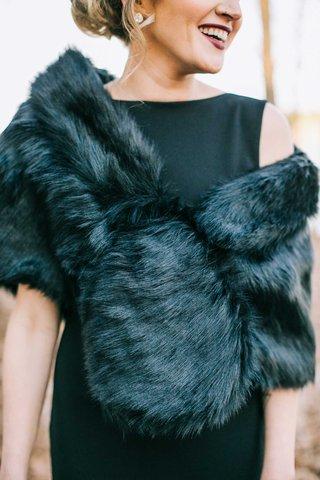 winter-wedding-bridesmaid-dress-ideas-black-dress-with-fur-wrap-shawl-dark-lipstick-elegant-winter