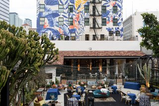 wedding-reception-lounge-area-outdoor-hotel-figueroa-mural-on-back-of-building-backdrop-tropical