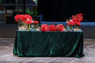 forest-green-linens-on-sweetheart-table-with-vibrant-pink-roses