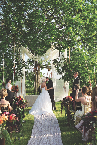 bride-and-groom-kissing-at-alfresco-wedding