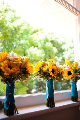 sunflower-and-rose-bouquet-with-blue-ribbon