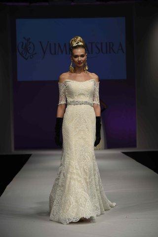 yumi-katsura-fall-2016-off-the-shoulder-wedding-dress-in-french-alencon-lace