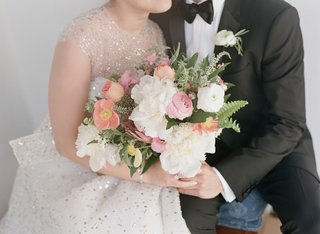 light-wedding-color-palette-unstructured-bouquet-with-peony-ranunculus-flowers