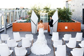 wedding-ceremony-on-rooftop-of-intercontinental-hotel-downtown-la-geometric-columns-fountain