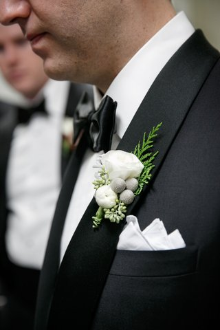 wedding-style-groom-boutonniere-white-flower-silver-brunia-berries-evergreen-details-pocket-square