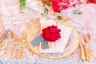 wedding-table-with-texture-linen-gold-flatware-gold-rim-charger-red-rose-black-and-white-ribbon