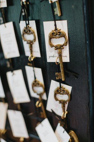 gold-skeleton-key-with-white-escort-cards