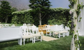 vintage-benches-and-chairs-at-outdoor-grass-wedding