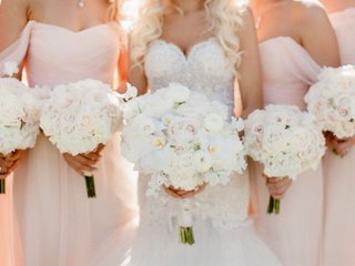 bridesmaid-bouquets-with-white-blush-roses-and-bride-bouquet-with-rose-ranunculus-orchids