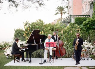 pianist-singer-saxophonist-bassist-wedding-entertainment-outdoor-wedding-italian-frank-sinatra