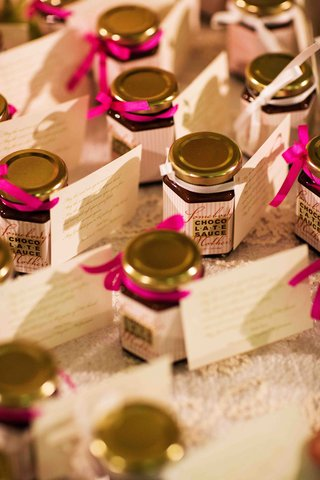 wedding-favor-jar-of-chocolate-sauce-with-tag