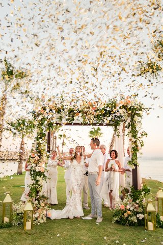destination-wedding-confetti-cannon-after-wedding-ceremony-gold-and-silver-confetti