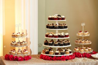 white-cake-stands-with-vanilla-chocolate-and-red-velvet-cupcakes
