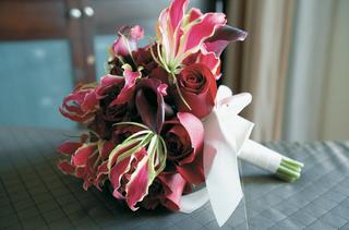 red-and-pink-wedding-bouquet-with-rose-lily-and-calla-lily-flowers