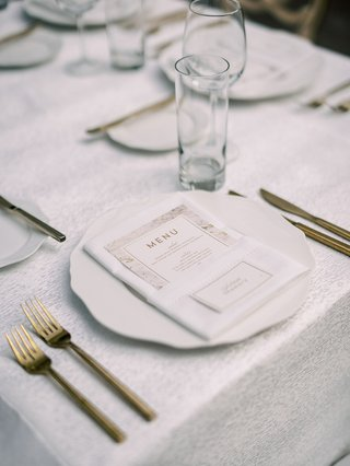 wedding-reception-place-setting-white-charger-gold-fork-knife-flatware-set-gold-white-marble-menu