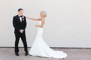 wedding-photo-first-look-before-ceremony-bride-tapping-groom-on-shoulder